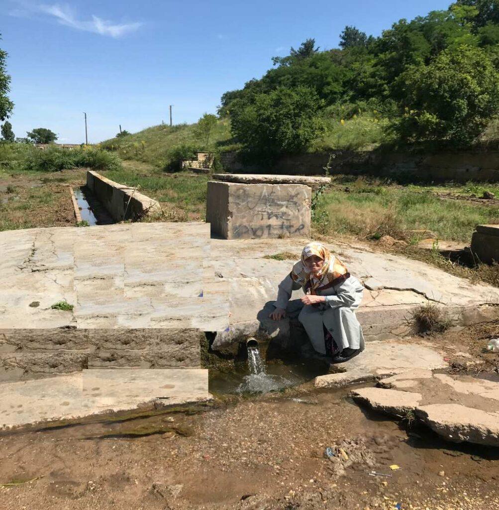 Duştubak köyünde tarihi köy çeşmesi. Üzerinde Yapısı kalmasada, kör topal hizmet vermeye tek kurna ile devam ediyor.