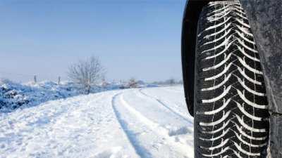 Karla kaplı dağ dolu resmi var. Aracın sadece sol tekerleğinin resim çekilmiş. Karlı havada kaymaması için, lastiğin diş kısımları vurgulanıyor. Dişlerin arasında kar var.